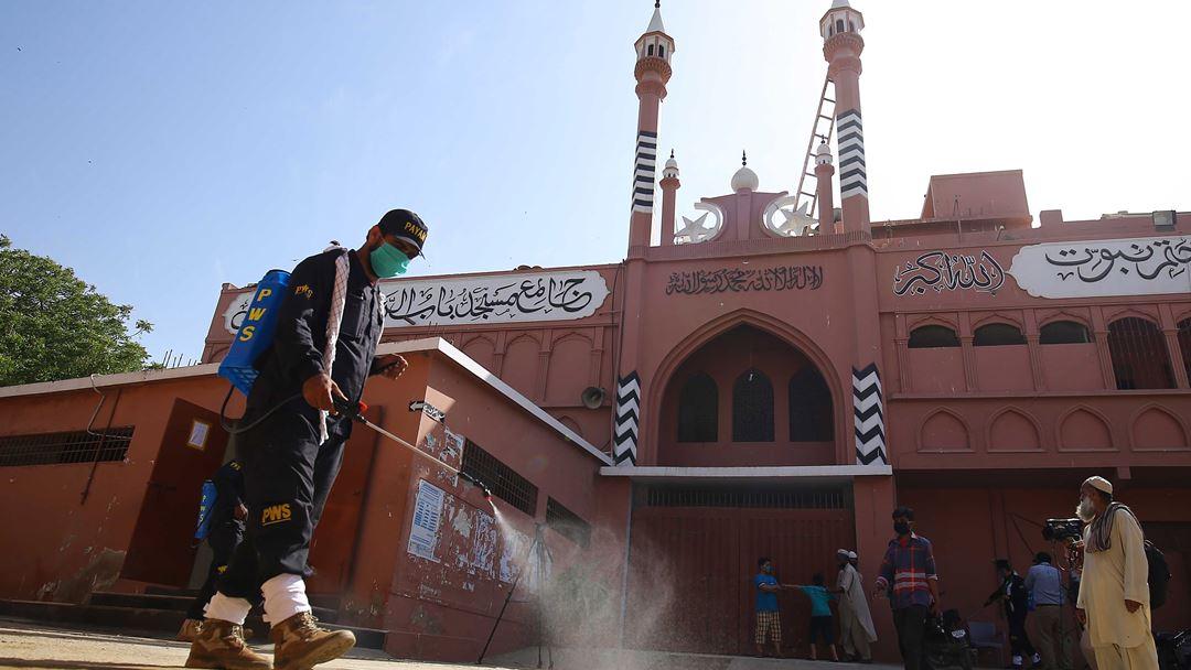 Karachi, Paquistão. Voluntários da Fundação Pyam Wilayat desinfetam uma mesquita na província de Sindh. Foto: Shahzaib Akber/EPA