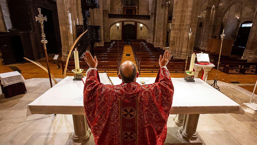 Aranda de Duero, Espanha. Um padre, em Aranda de Duero, celebra a missa do Domingo de Ramos para uma igreja de Santa Maria vazia de fiéis. Foto: Paco Santamaria/EPA