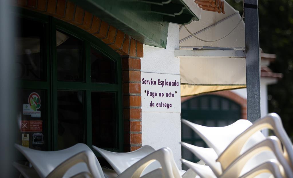 Placa referente às esplanadas no Solar do Parque, no jardim municipal de Rio Maior. Foto: Sofia Freitas Moreira/RR