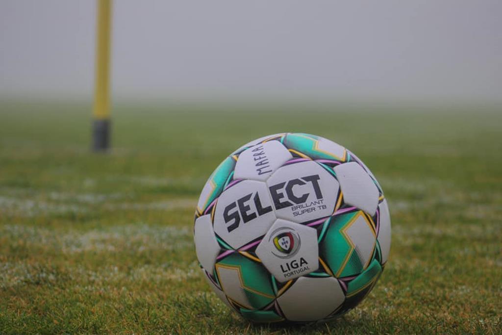 A bola está parada para o futebol de formação. Foto: Mafra