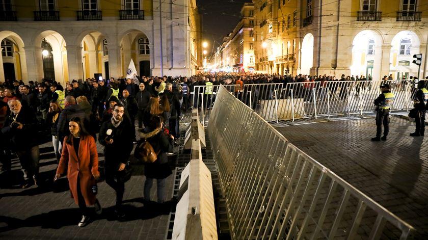 à chegada, os manifestantes foram recebidos com fortes medidas de segurança