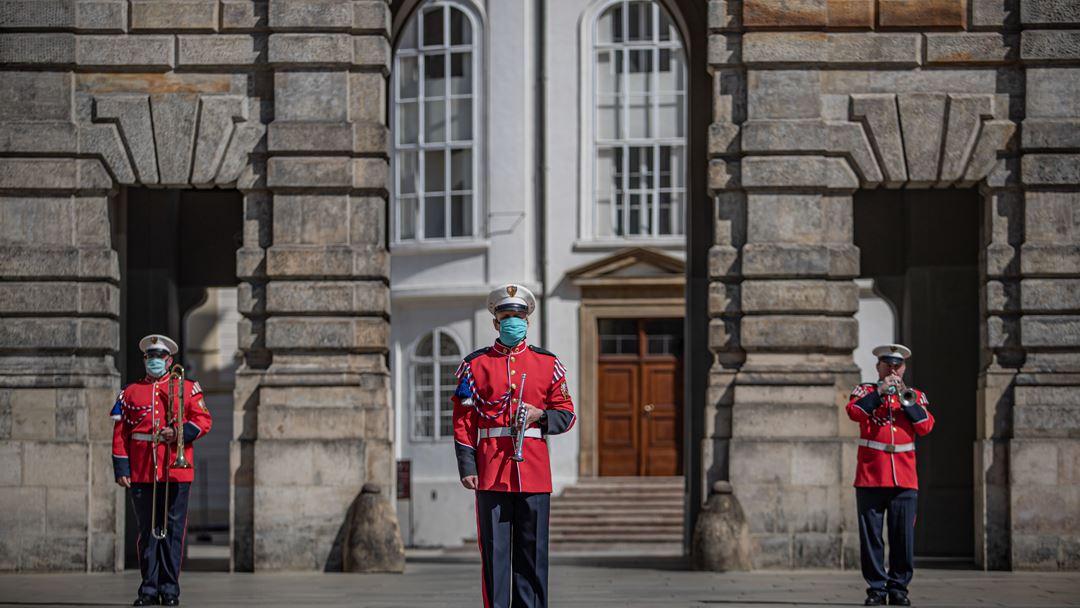Praga, República Checa. Membros da banda da Guarda do Castelo atuam em frente ao Castelo de Praga vazio, para dar apoio à população. Foto: Martin Divisek/EPA