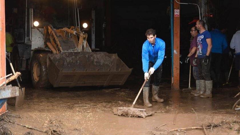 Depois das cheias, Nadal dá abrigo aos desalojados e ajuda na limpeza de Maiorca
