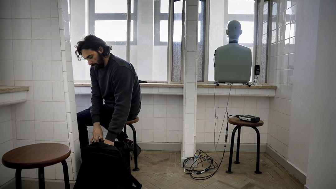 Frederico Pereira, da Universidade do Minho, no parlatório a gravar sons ambiente para o audioguia do museu.