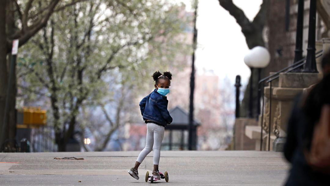 Nova Iorque, Estados Unidos da América. Uma criança brinca nas ruas vazias de Nova Iorque. Foto: Peter Foley/EPA