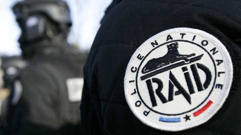 Suspeito do estado islâmico atropela polícias nos arredores de Paris
