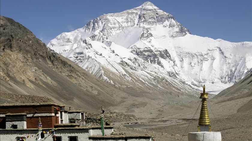 China fecha campo base do Everest