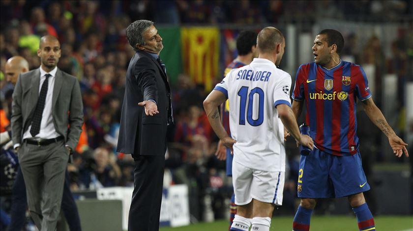 Mourinho e Alves desetenderam-se várias vezes nos Real Madrid-Barcelona. Foto: Alessandro Bianchi/Reuters