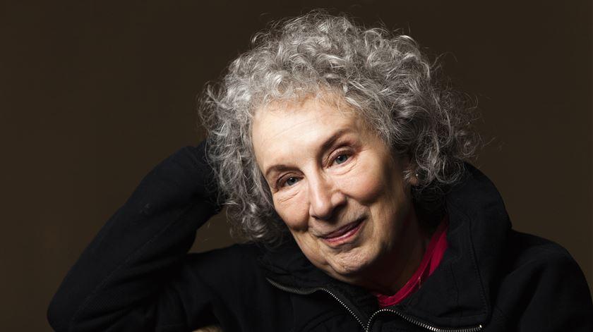 Margaret Atwood e Salman Rushdie entre os seis finalistas do prémio literário Booker