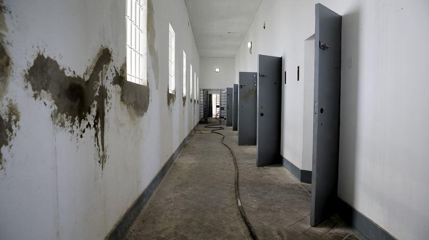 Corredor de celas do pavilhão C, de onde fugiu Álvaro Cunhal e onde esteve preso Domingos Abrantes. Era o edifício com mais segurança de toda a prisão.