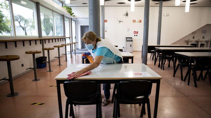 Publicada portaria para contratação imediata de 1.500 assistentes para escolas
