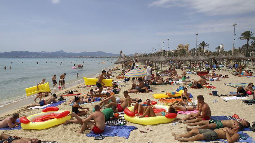 """Baleares declaram guerra ao """"turismo de bebedeiras"""". """"Happy hours"""" e compra de bebidas depois das 21h passam a ser ilegais"""