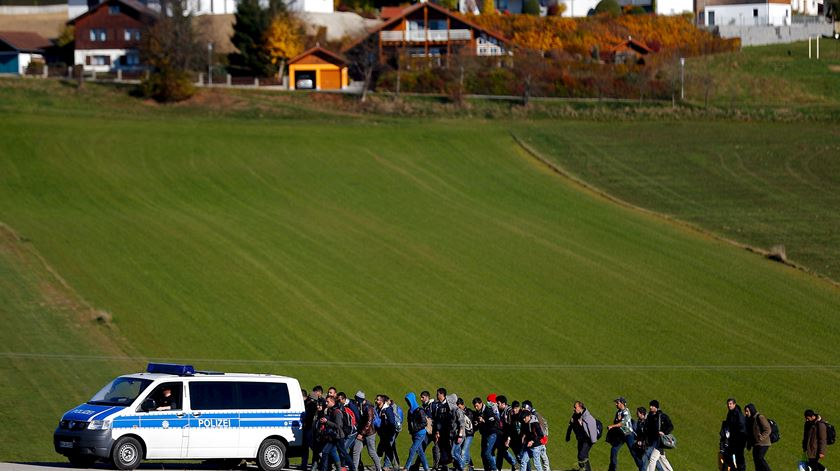 Polícia alemã escolta refugiados em Wegscheid perto de Passau, após terem atravessado fronteira com a Áustria, em 2015. Foto: Michael Dalder/Reuters