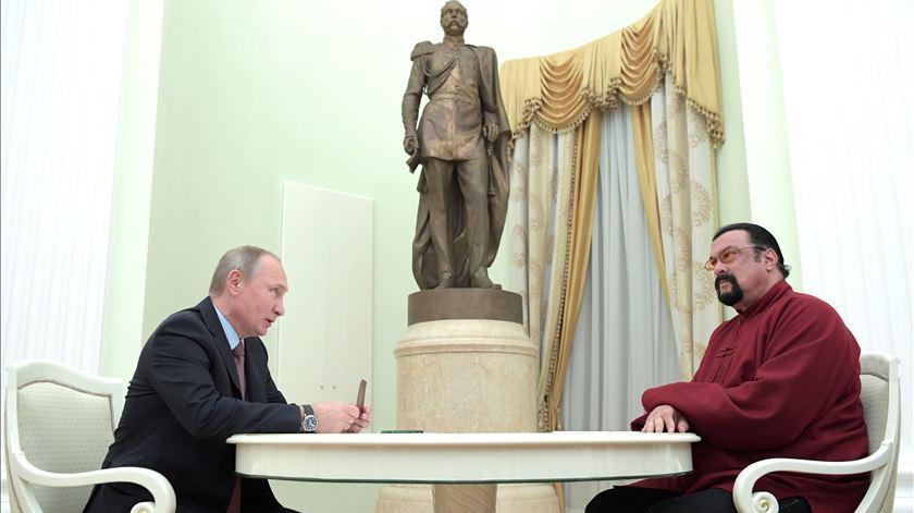 Seagal abraça projeto na área da diplomacia pela união da Rússia e os EUA