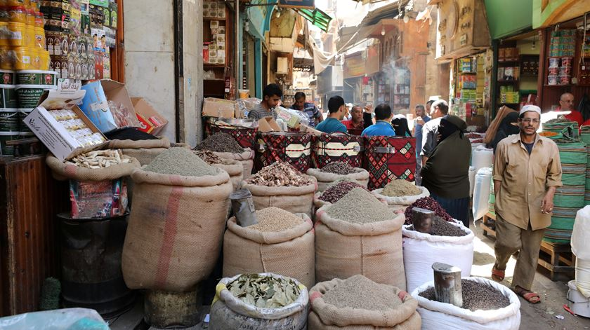 Egito restringe venda de coletes amarelos um mês antes do aniversário da Primavera Árabe