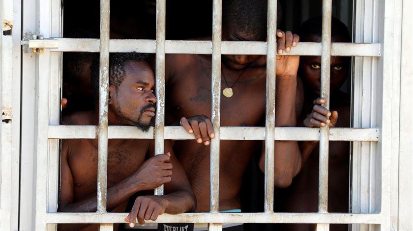 Líbia não tem onde deter mais refugiados resgatados