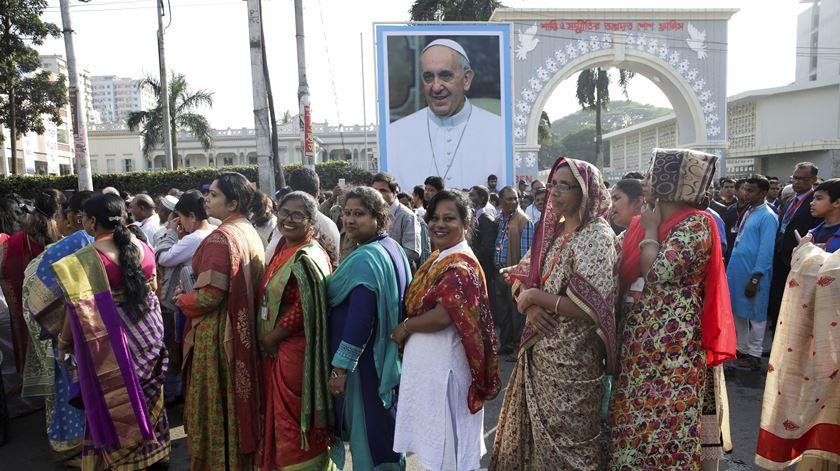 Papa ordena 16 novos padres do Bangladesh numa celebração com milhares de pessoas