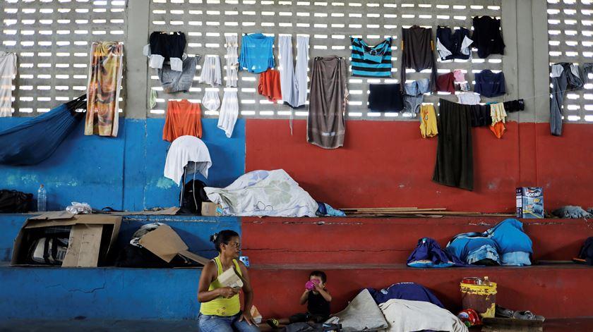 Crise da Venezuela chega ao Brasil. Centenas de pessoas cruzam a fronteira todos os dias