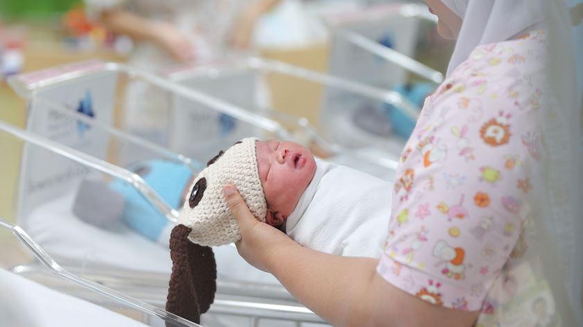 OMS alerta para os riscos de não amamentar os bebés na primeira hora de vida