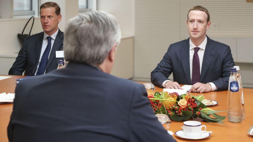 Zuckerberg pede desculpa à Europa, mas foge às perguntas mais difíceis