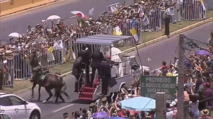Cavalo derruba militar e quase atinge papamóvel