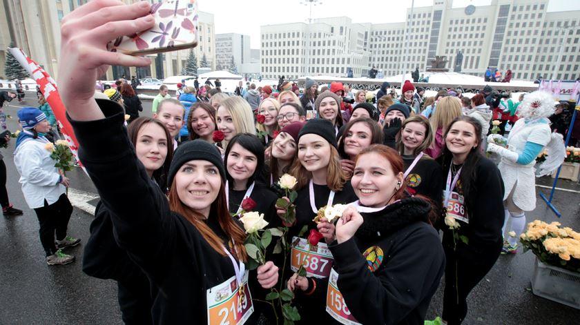 Corrida de mulheres em Minsk, na Bielorrússia. Foto: Vasily Fedosenko/Reuters