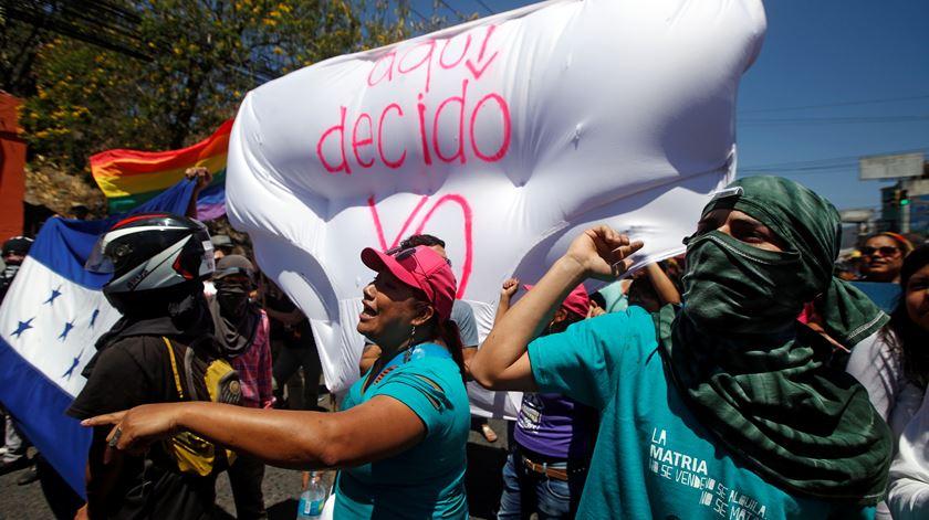 """""""Aqui, decido"""". Protesto em Tegucigalpa, Honduras. Foto: Jorge Cabrera/Reuters"""