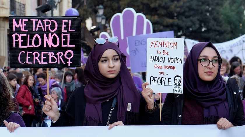 """""""Cubro o cabelo, não o cérebro"""". Protesto em Valência, Espanha. Foto: Heino Kalis/Reuters"""
