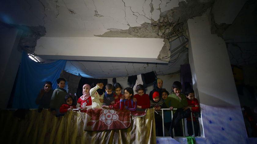 Fugir às bombas em abrigos. Assim se sobrevive em Ghouta