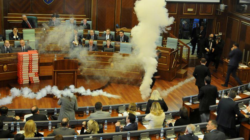 Gás lacrimogéneo pára votação no parlamento do Kosovo