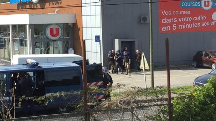 Homem mata pelo menos 3 em possível ataque terrorista na França