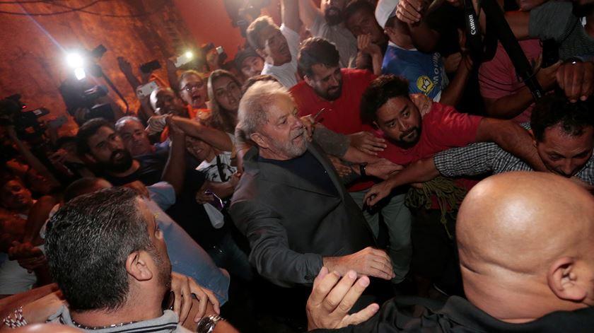 Lula entrega-se depois de dois dias de impasse