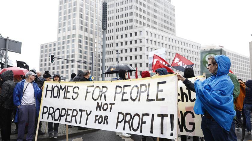 Têm sido vários os protestos de milhares na capital alemã contra as rendas excessivas e a gentrificação. Foto: Axel Schmidt/Reuters