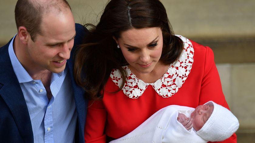 Oito horas depois de nascer, o novo bebé real e Kate foram para casa