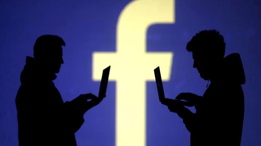 Facebook partilhou dados dos utilizadores com fabricantes de telemóveis