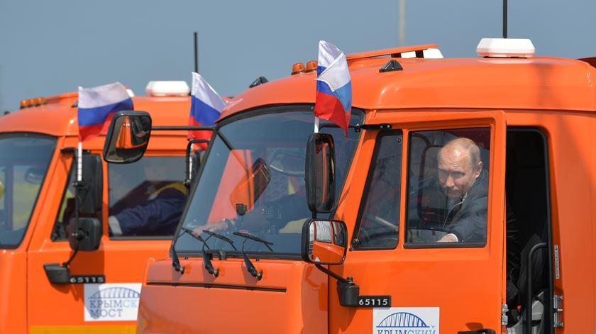 Putin inaugura ligação direta à Crimeia. Está selada a anexação?