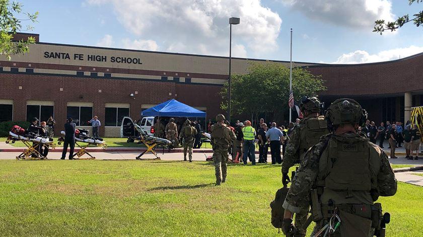 """""""Isto é nojento!"""" Tiroteio faz vários mortos em escola do Texas e um pai irrita-se com apoiante de Trump"""