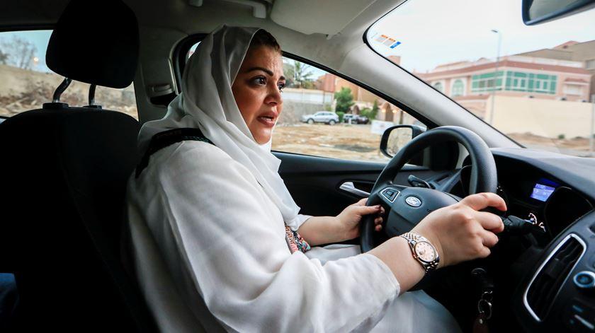 Mulheres sauditas já podem conduzir, mas continuam reféns da tutela masculina