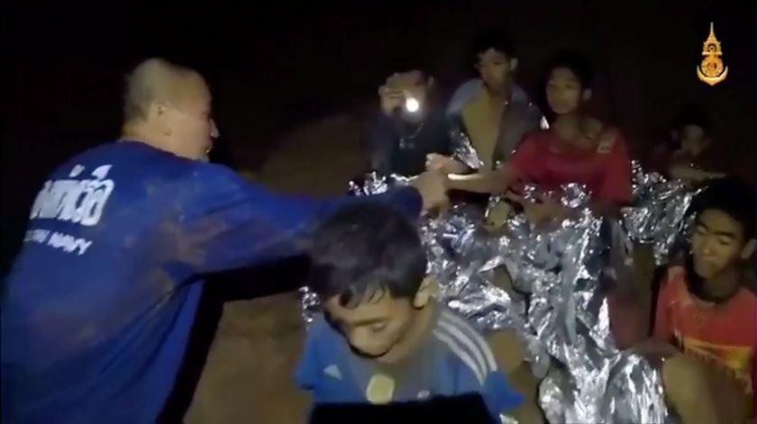 """""""Estamos bem"""". Novo vídeo mostra meninos tailandeses a receber cuidados médicos"""