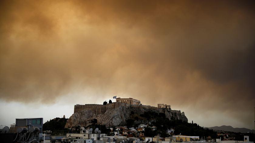 Grécia envia pedido de ajuda à Europa para combater fogo que ameaça Atenas