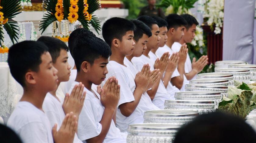 Adolescentes resgatados na Tailândia tornam-se noviços budistas