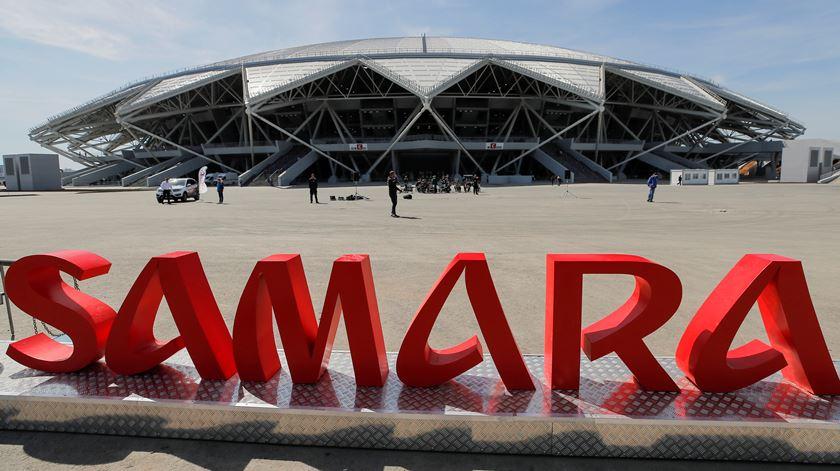 Estádio construído para o Mundial às escuras. Falta dinheiro para pagar a luz