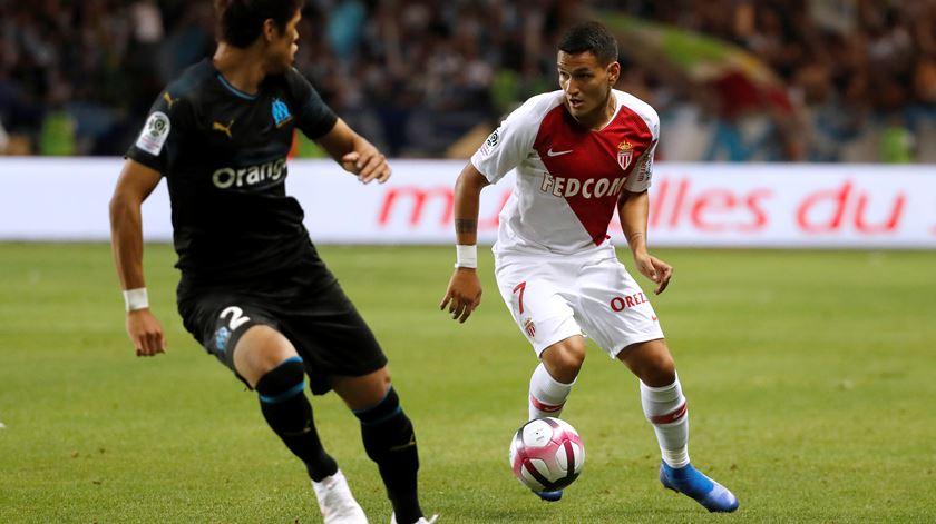Rony frente a um jogador do Marselha. Foto: Eric Gaillard/Reuters