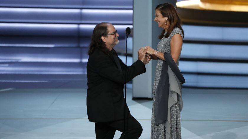 Um Emmy e um pedido de casamento. Glenn Weiss deixa plateia em êxtase