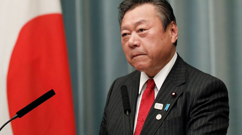 """Afinal, ministro japonês para a Cibersegurança usa computadores """"para vários trabalhos"""""""