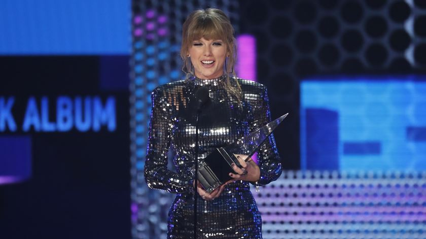 AMAs. Taylor Swift bate recorde e apela ao voto