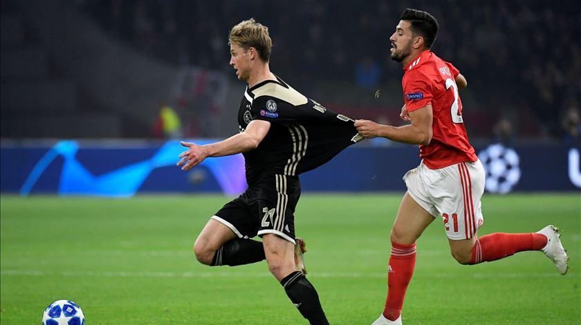 De Jong já deu provas do seu talento frente ao Benfica. Foto: Piroschka Van de Wouw/Reuters