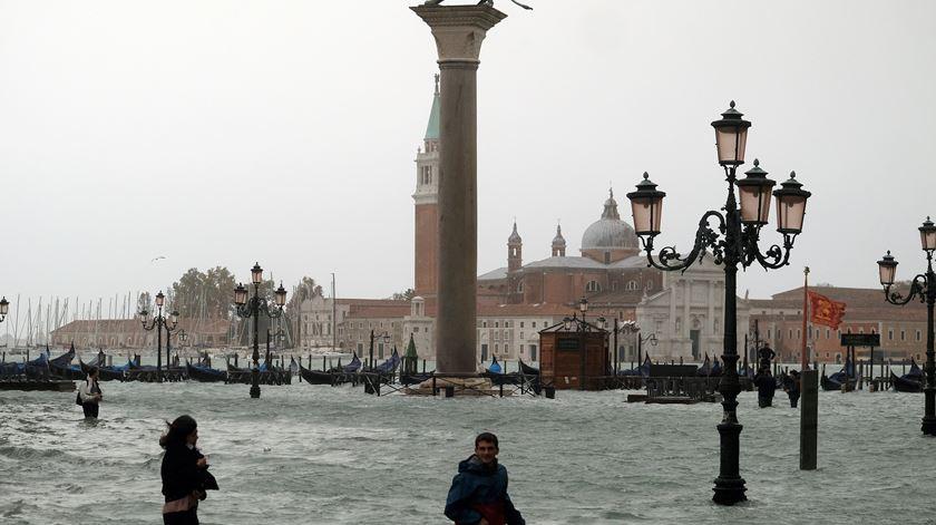 Onze mortos, barcos destruídos e restaurantes inundados. As imagens do mau tempo em Itália