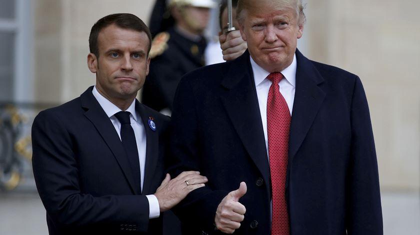 Palavras simpáticas entre Trump e Macron, mas apertos de mão demonstram crispação