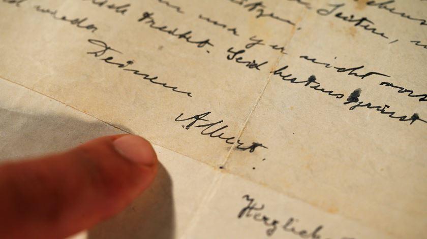 Carta de Einstein à irmã leiloada por mais de 28 mil euros